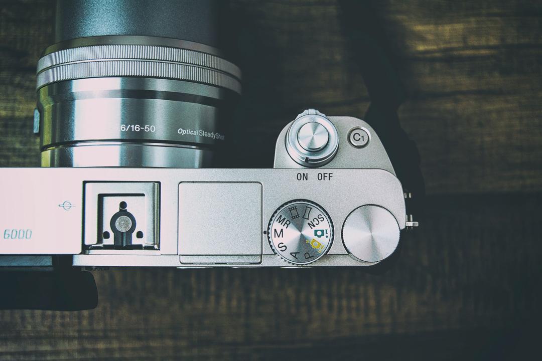 Foto einer Kamera auf Holzboden