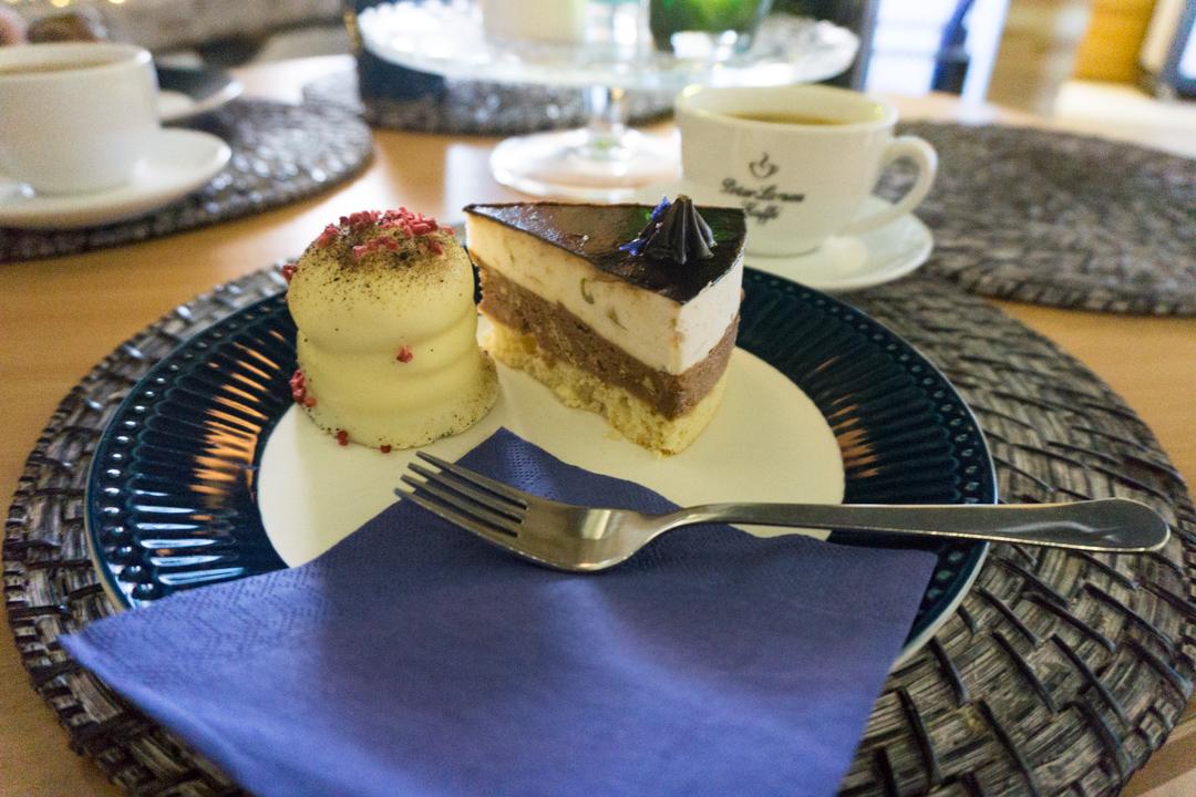 Torte und Himbeerflødeboller