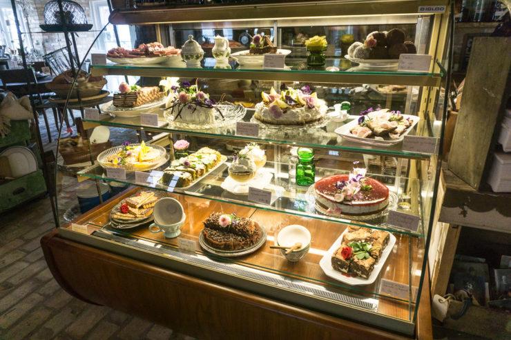 Große Auswahl an der Kuchentheke in Hattesgaard