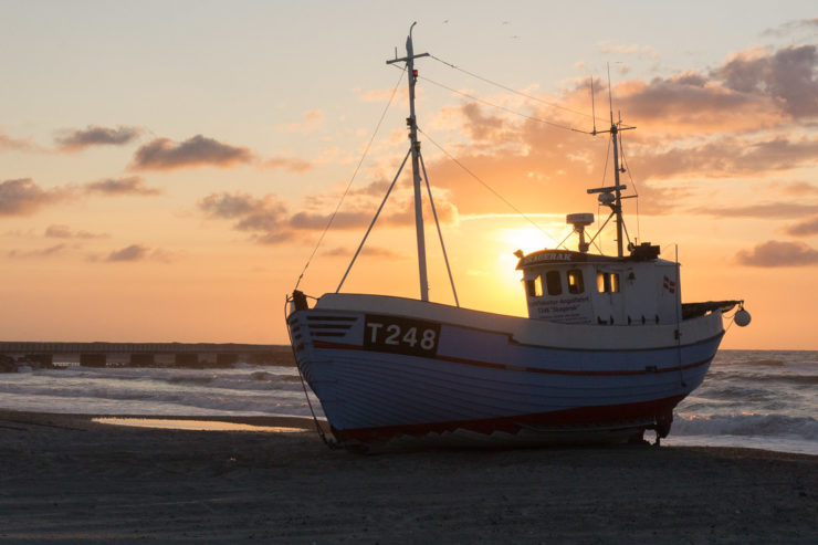 Fischerboote im Sonnenuntergang in Vorupør
