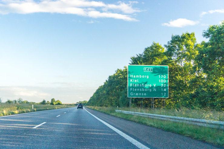 Infotafel auf der Autobahn in Dänemark. Entfernungsangaben zu den nächstgrößeren Städten.