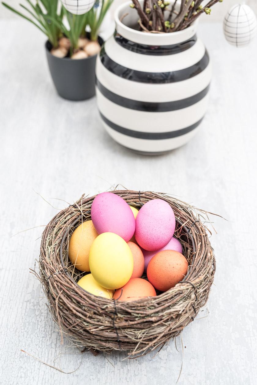 Osterdeko, gefärbte Eier. (Vase: Kähler)