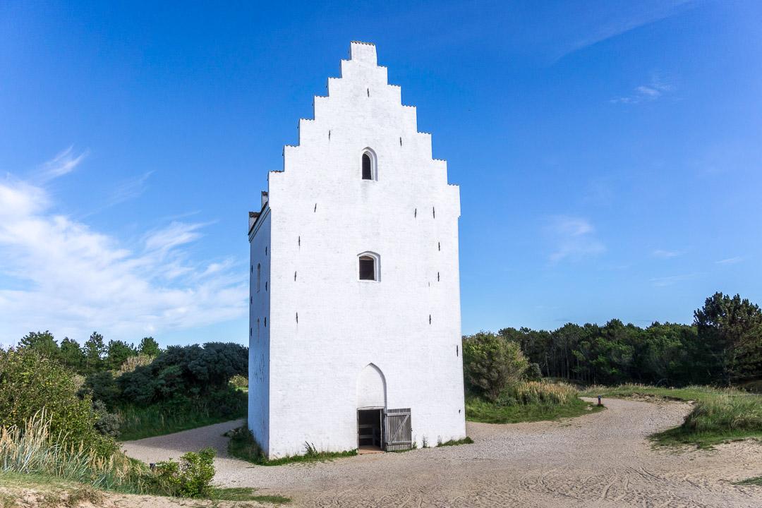 Vorderansicht / Eingang der versandeten Kirche