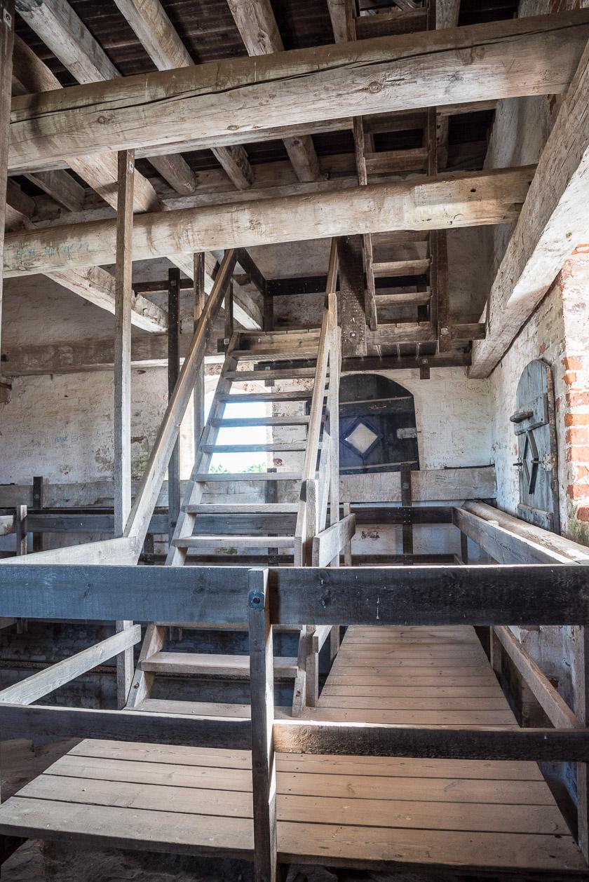 Stabile Holztreppen in der versandeten Kirche