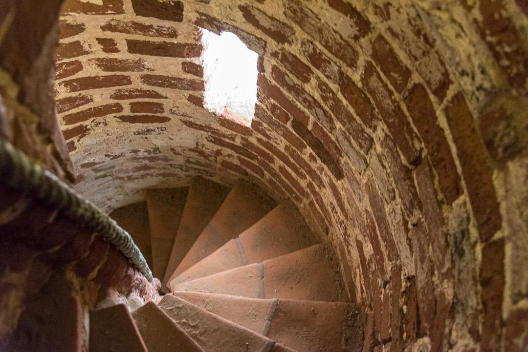 Schmale Treppe in der versandeten Kirche
