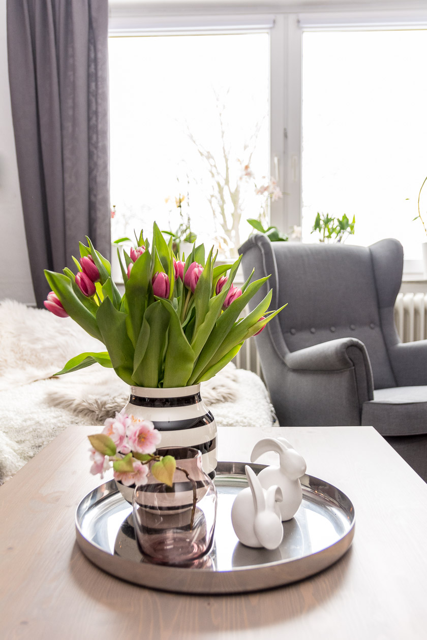 Vase groß: Kähler, Glasevase klein: Muto, Hasen: Depot