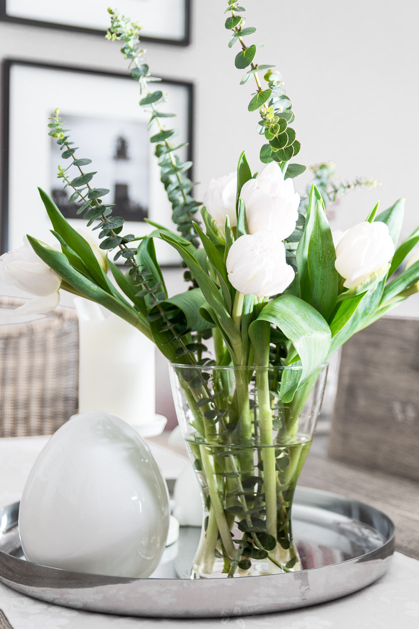 Frühlingsblumen, Tulpen und Eukalyptus. Vase und Tablett: Ikea, Osterei: Depot.