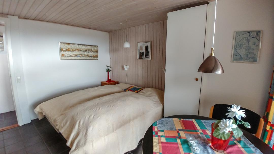 Schlafzimmer mit Doppelbett und Terrasse im UG Ferienhaus Fanø Slunden 9