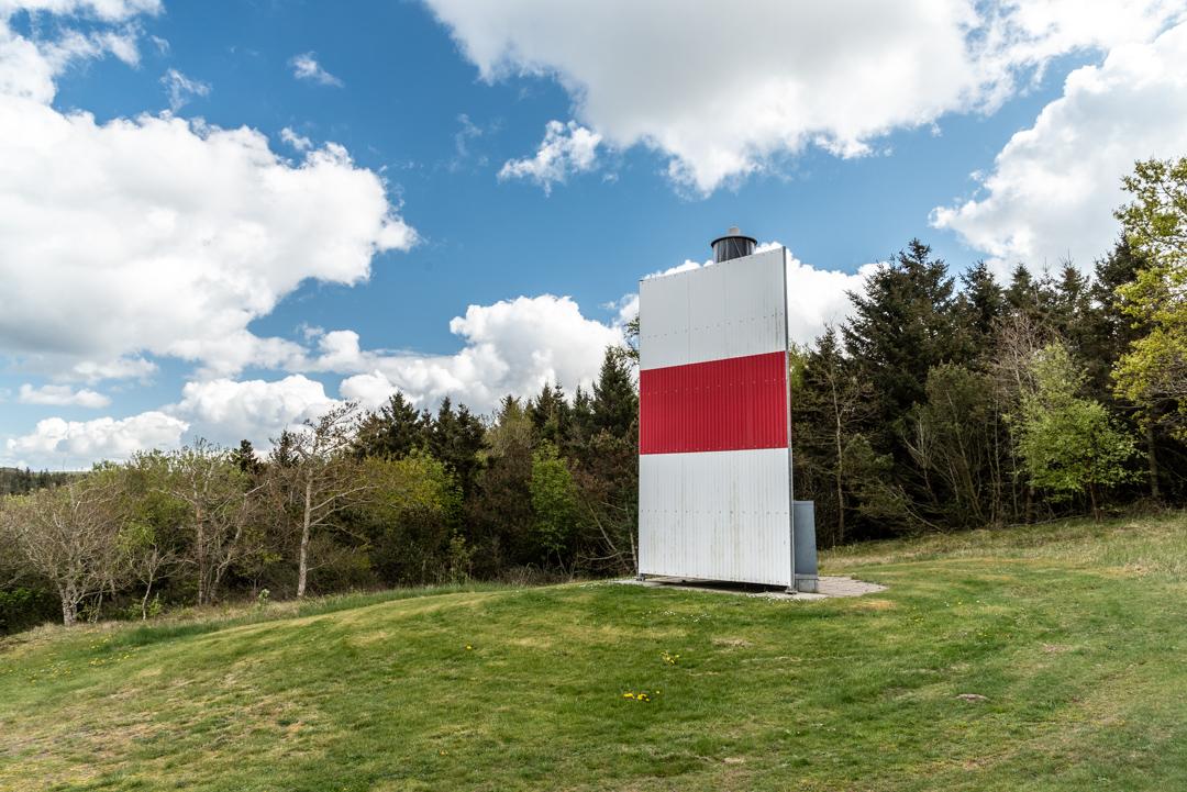 Der Leuchtturm auf Fur. Eine Laterne auf einem Stahlmast, der mit Metallplatten mit schwarzroter Streifenbemalung versehen ist.
